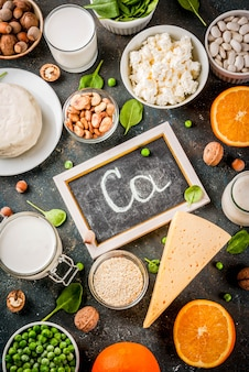 Концепция здорового питания. набор продуктов, богатых кальцием - молочные и веганские продукты ca темно-синий фон