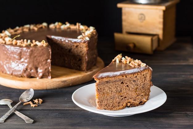 チョコレートケーキの一片。伝統的なオーストリアのケーキ。ザッハーケーキ。コーヒータイム。クリスマスca