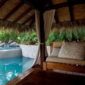 コスタリカのプールサイドでのカバナ