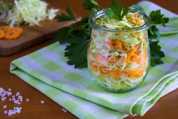 Салат из капусты и моркови в стеклянной банке