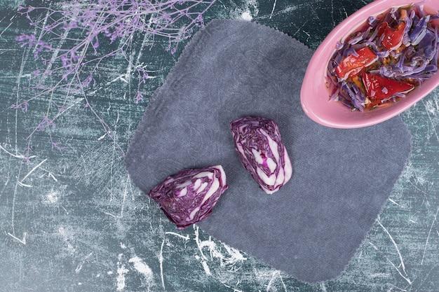 大理石の背景にキャベツとコショウのピクルス。高品質の写真