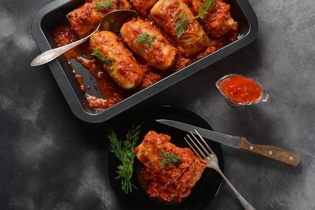 Голубцы с куриным мясом и рисом в томатном соусе. фаршированные листья капусты. вкусный ужин
