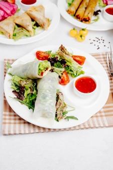 Голубцы с овощами на столе