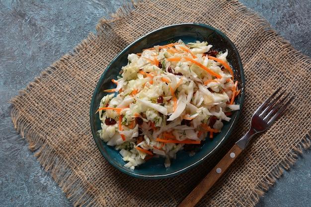 Салат из капусты с морковью, копченым миндалем и сушеной клюквой