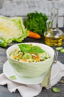 Салат из капусты с огурцом. салат и овощи на деревянном столе