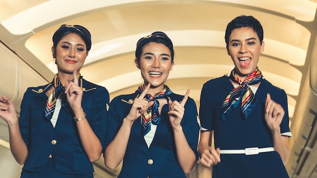 비행기에서 기쁨으로 춤을 추는 승무원