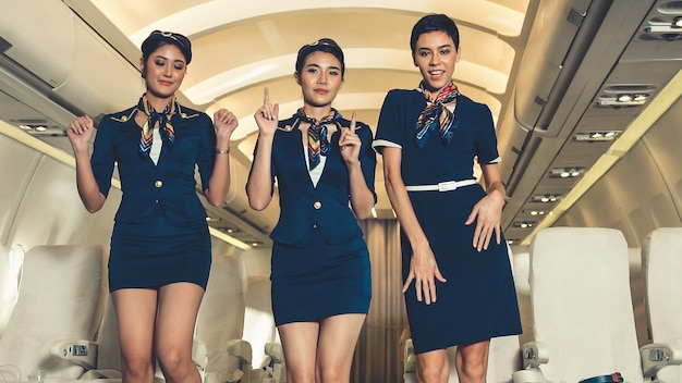 Кабина экипажа танцует от радости в самолете