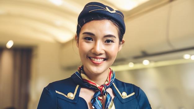 飛行機で働く客室乗務員またはスチュワーデス