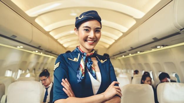 Кабинетный экипаж или стюардесса, работающая в самолете