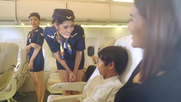 飛行機の中で家族にサービスを提供する客室乗務員