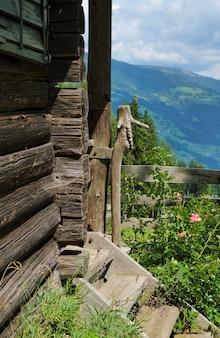 오스트리아의 오스트리아 알프스의 호수 옆 산속 오두막