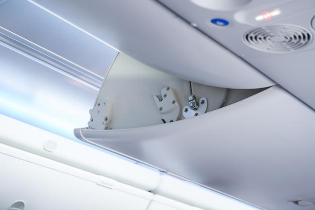 飛行機のキャビン荷物