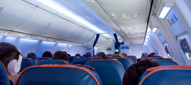 座席に乗客がいる航空機のキャビン