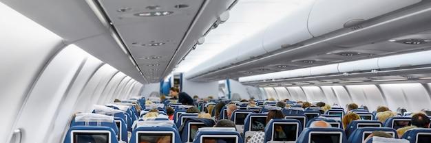 座席に乗客がいる現代の飛行機のキャビン