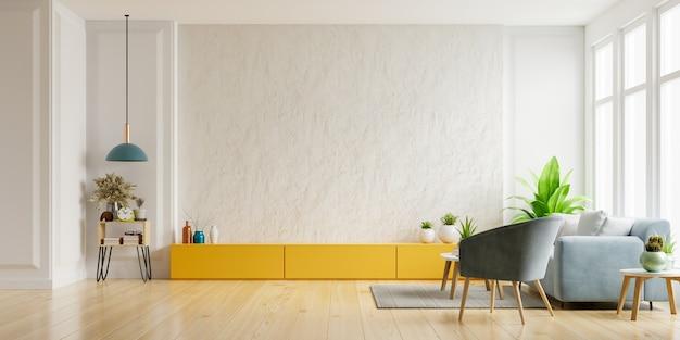 Шкаф для телевизора на белой гипсовой стене в гостиной с креслом и диваном, минималистичный дизайн.