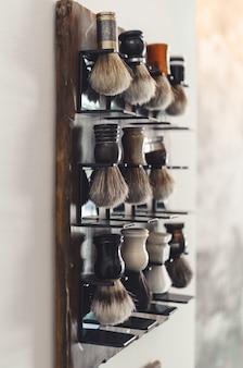 いくつかの理髪ブラシを配置するキャビネット