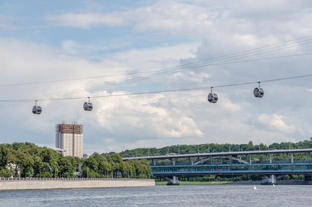Vorobyovy goryのモスクワ川を渡るケーブルカー。モスクワ。ロシア。