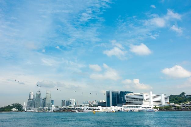 케이블카와 싱가포르 도시에서 마천루입니다.