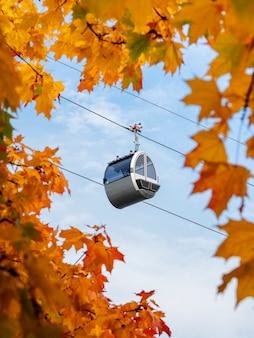 秋の青空を背景にケーブルカーキャビン。