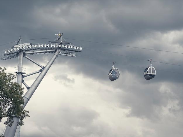 暗い空を背景に並んだケーブルカーキャビン