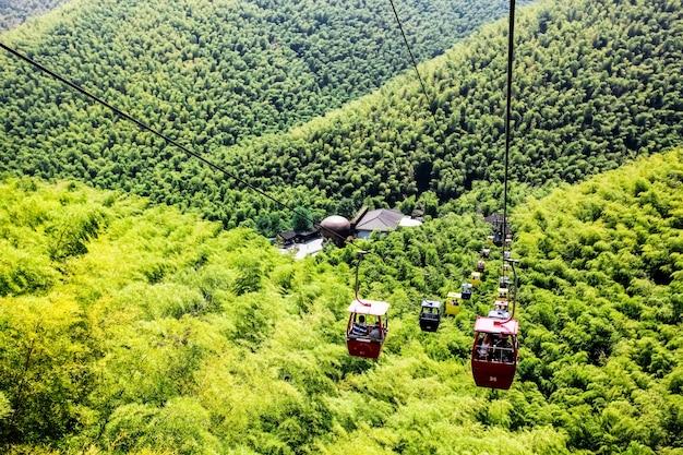 ケーブルカーは乗客を山の中を行き来する。