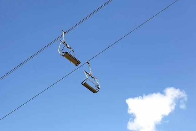 空のスキーヤーのためのケーブルカー。山岳地帯での輸送