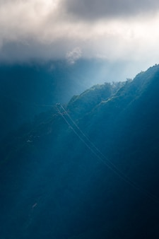 케이블카는 판시판(fan si pan) 또는 팡시팡(pang xi pang) 산 정상에서 가장 높은 산으로 이동합니다.