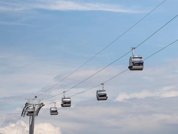 モスクワの青い空を背景にケーブルカーに乗る