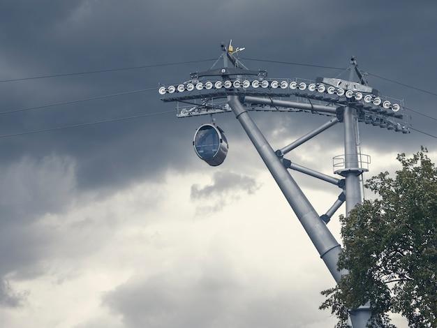 劇的な空を背景にケーブルカーに乗る