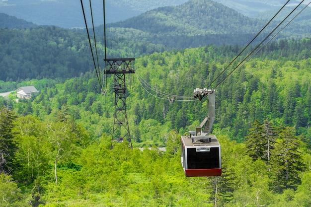 緑の森と夏の朝日山(旭岳)へのケーブルカー。朝日山は北海道で一番高い山です。