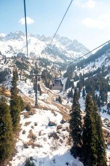 スキーのための山へのケーブルカー