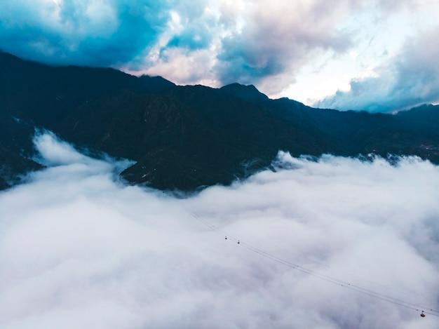 베트남 사파에 있는 판시판 산의 산 풍경을 바라보는 케이블카.