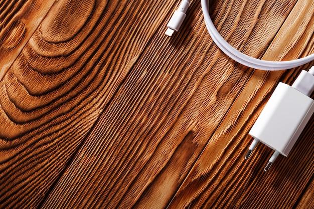 나무 배경에 케이블 전화 충전기