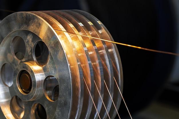 Кабельная катушка с медным проводом на кабельном заводе