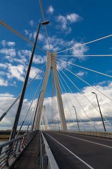 Вантовый мост через оку в районе мурома и навашино с голубым небом