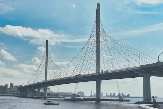 サンクトペテルブルクのペトロフスキーフェアウェイに架かる斜張橋。市の歴史的建造物