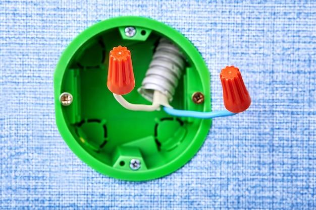 케이블 팁 끝은 원형 전기 상자의 구리 배선 끝에 압착되어 전기 설치 작업입니다.
