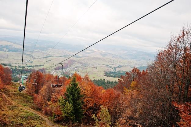 Канатная дорога и подъемники в осенних горах