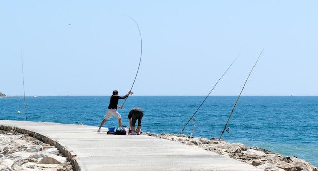Кабо-пино, андалусия / испания - 6 мая: рыбалка в кабо-пино. провинция малага, андалусия, испания, 6 мая 2014 года. неизвестные люди.