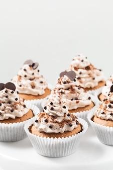 チーズクリームとチョコレートの装飾が施されたカカオカップケーキ