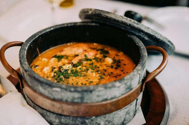 Качупа в традиционной каменной миске. национальная кухня кабо-верде