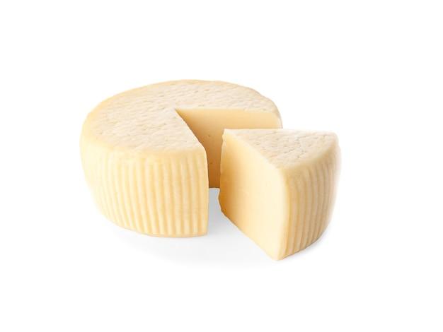 카시오타 치즈. 삼각형 조각이 잘립니다. 외딴. 흰색 배경에 근접입니다.