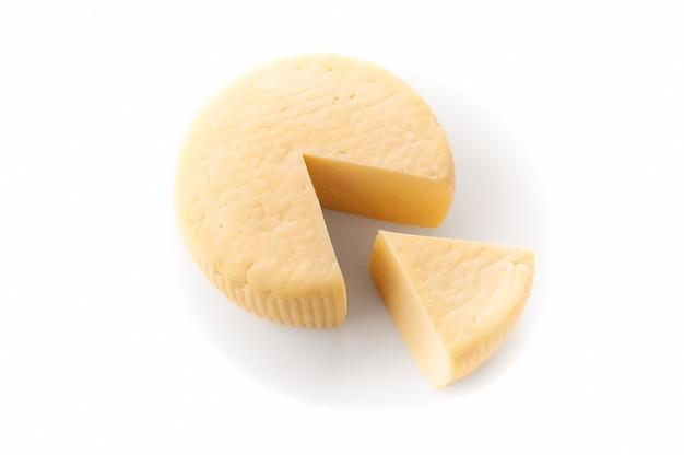 カシオッタチーズ。三角形のピースが切り取られます。孤立。白い背景に。上からの眺め。
