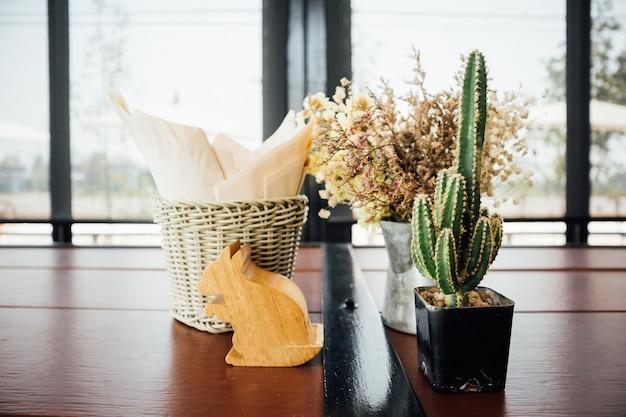レストランのテーブルに飾るサボテンと花