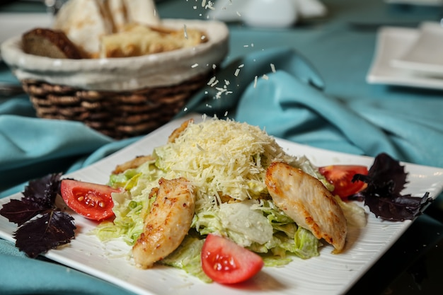 Салат цезарь с курицей, салат, помидор, лимон, пармезан, анчоусы, вид сбоку