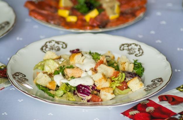 Салат цезарь на тарелке
