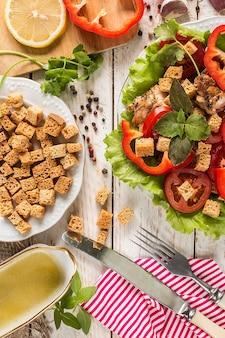Салат цезарь на деревенской поверхности и гренки