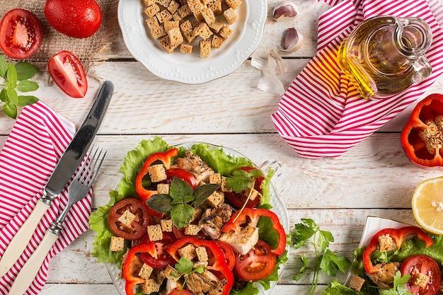 Салат цезарь на деревенской поверхности с ингредиентами