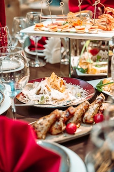 카페의 축제 테이블에 있는 시저 샐러드.