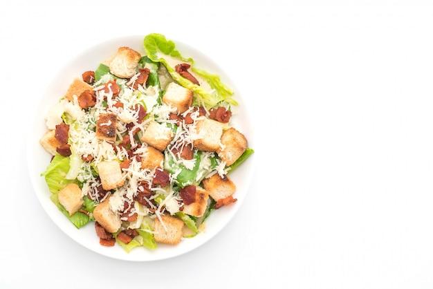 흰색 배경에 시저 샐러드